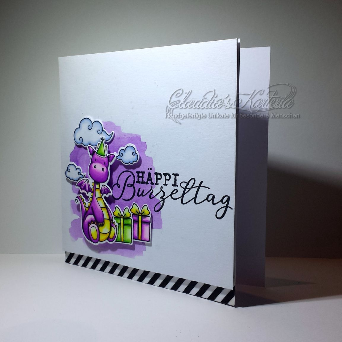 Häppi Burzeltags-Drache in violet   Geburtstagskarte